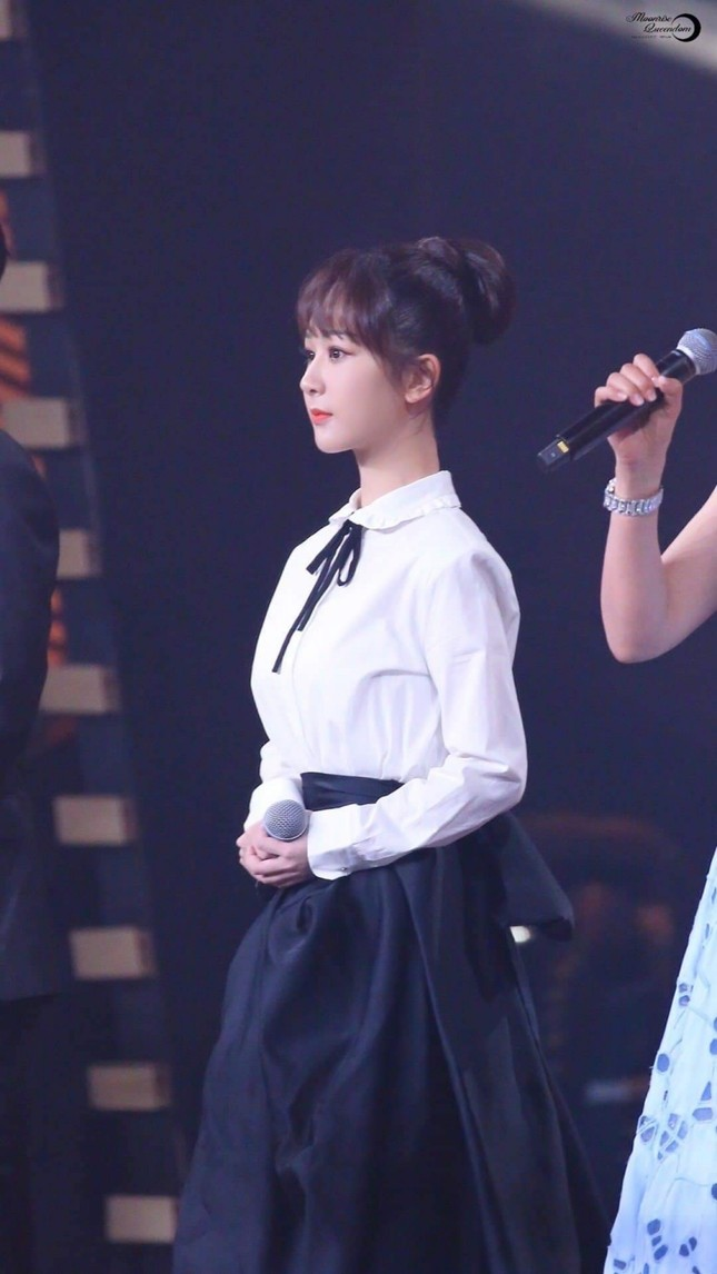 Dương Tử lên No.1 Hot Search với trang phục thảm đỏ Weibo nhưng bộ thứ 2 lại không ai nhắc đến ảnh 9