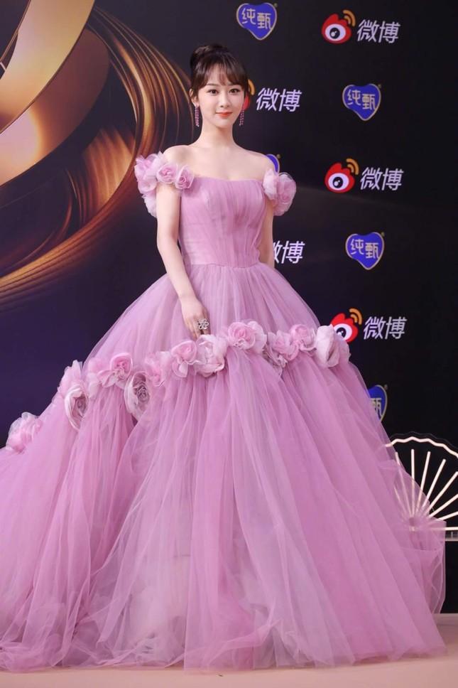 Dương Tử lên No.1 Hot Search với trang phục thảm đỏ Weibo nhưng bộ thứ 2 lại không ai nhắc đến ảnh 1