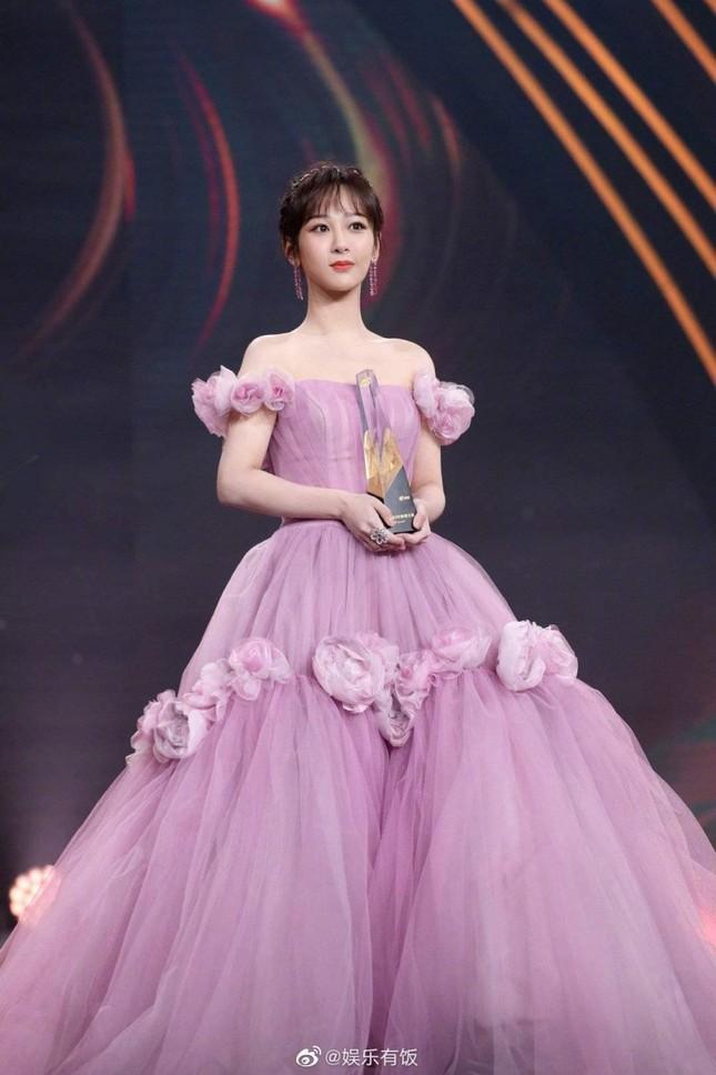 Dương Tử lên No.1 Hot Search với trang phục thảm đỏ Weibo nhưng bộ thứ 2 lại không ai nhắc đến ảnh 4