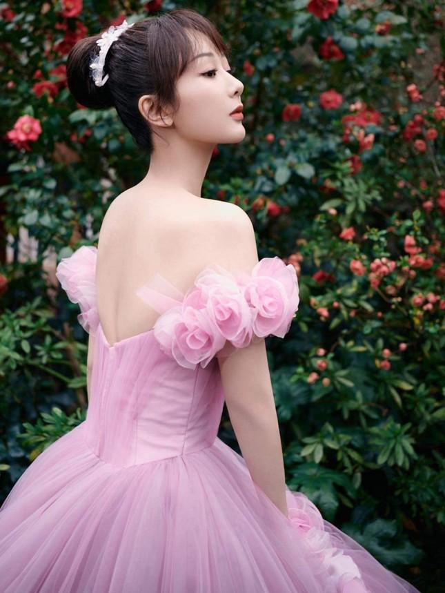 Dương Tử lên No.1 Hot Search với trang phục thảm đỏ Weibo nhưng bộ thứ 2 lại không ai nhắc đến ảnh 2