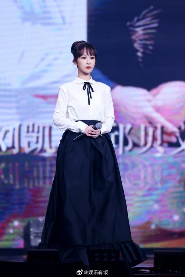 Dương Tử lên No.1 Hot Search với trang phục thảm đỏ Weibo nhưng bộ thứ 2 lại không ai nhắc đến ảnh 7