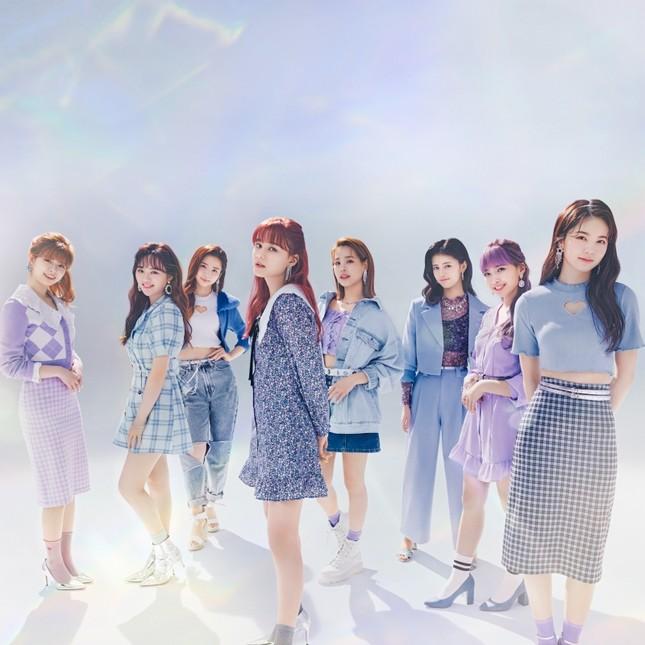 """Nhóm nhạc """"chị em"""" của TWICE ở Nhật làm đại sứ thời trang cho nhãn hàng bình dân toàn cầu ảnh 2"""