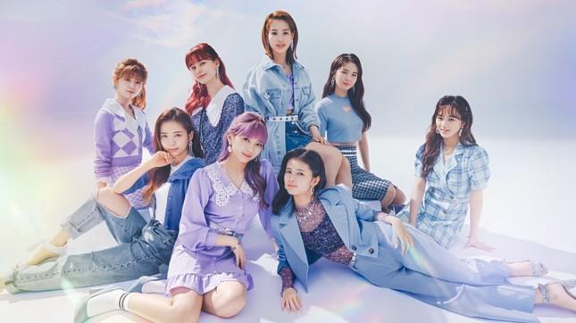 """Nhóm nhạc """"chị em"""" của TWICE ở Nhật làm đại sứ thời trang cho nhãn hàng bình dân toàn cầu ảnh 1"""