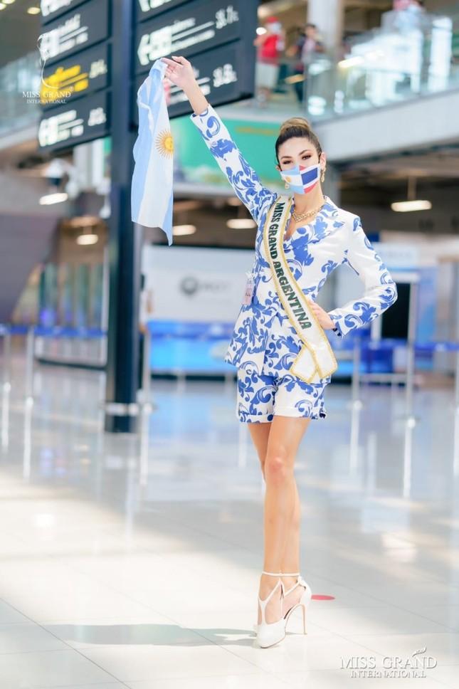 Muôn hình muôn vẻ các loại khẩu trang từ dàn đối thủ của Ngọc Thảo tại Miss Grand International 2020 ảnh 8