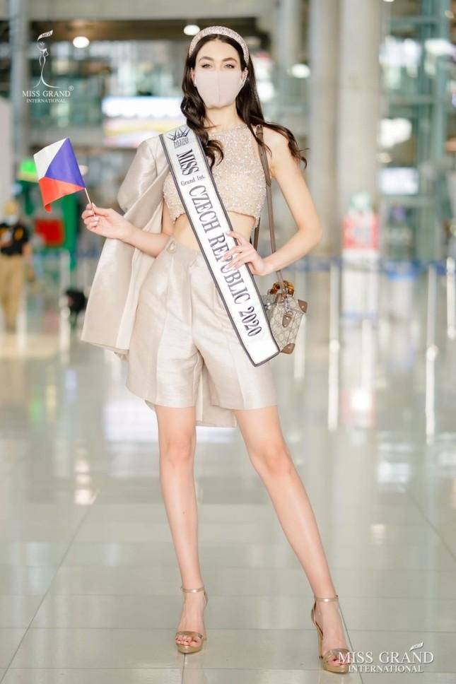 Muôn hình muôn vẻ các loại khẩu trang từ dàn đối thủ của Ngọc Thảo tại Miss Grand International 2020 ảnh 10