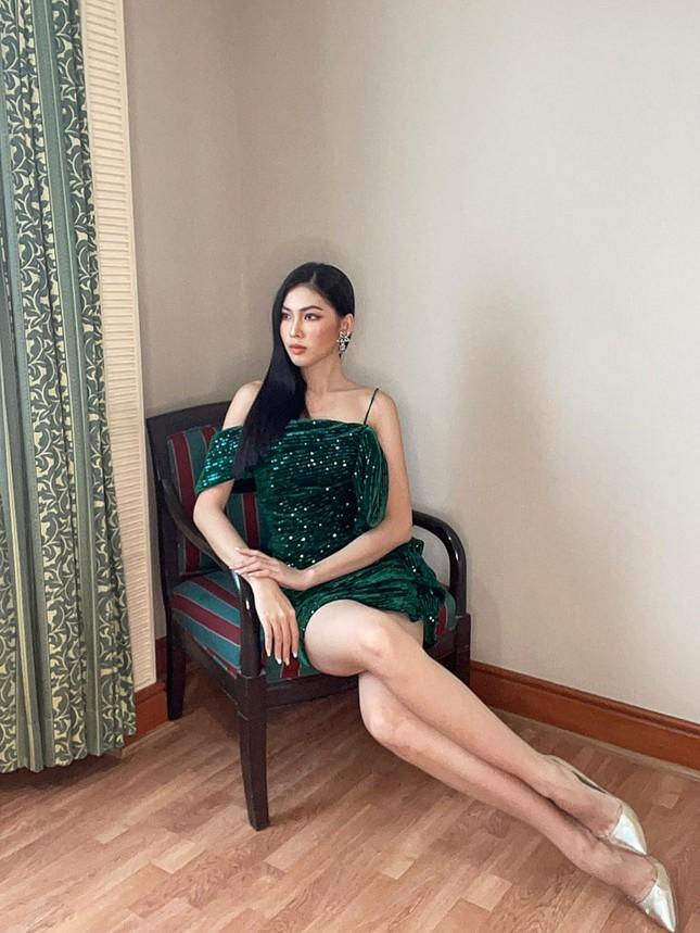 Á hậu Ngọc Thảo diện váy khoe chân dài miên man, netizen thắc mắc ai là người chụp ảnh? ảnh 3
