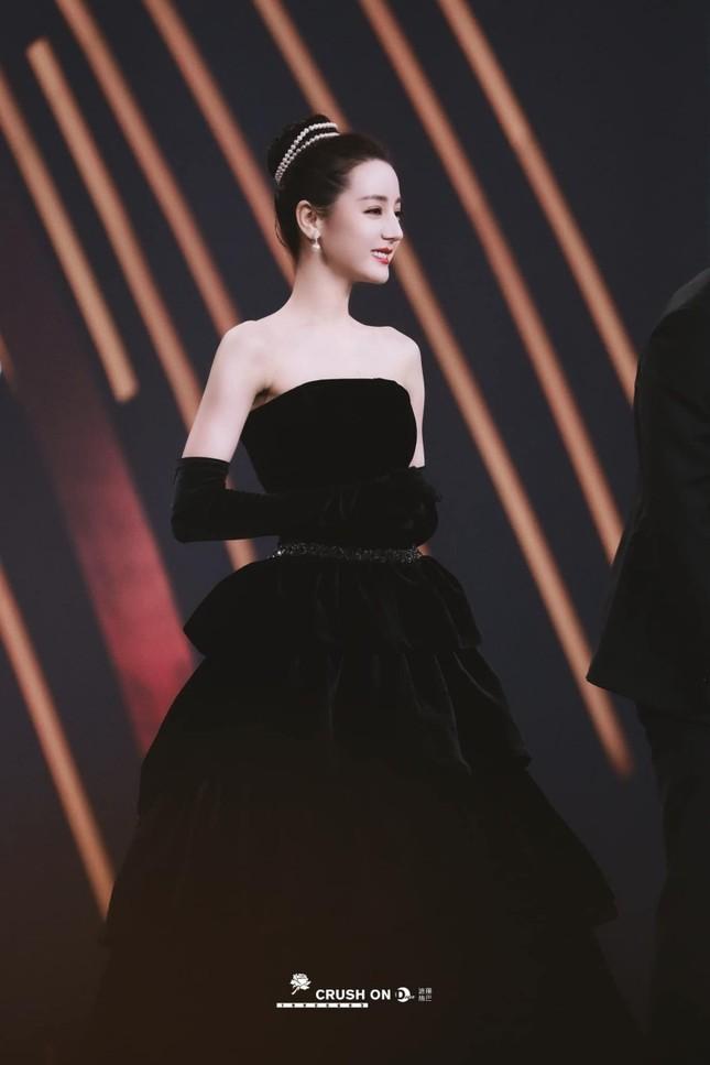 Mất điểm vì tóc ngắn trên thảm đỏ Weibo, nhưng Look 2 của Địch Lệ Nhiệt Ba lại khiến netizen chao đảo ảnh 9