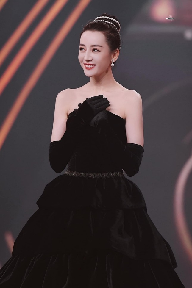 Mất điểm vì tóc ngắn trên thảm đỏ Weibo, nhưng Look 2 của Địch Lệ Nhiệt Ba lại khiến netizen chao đảo ảnh 5