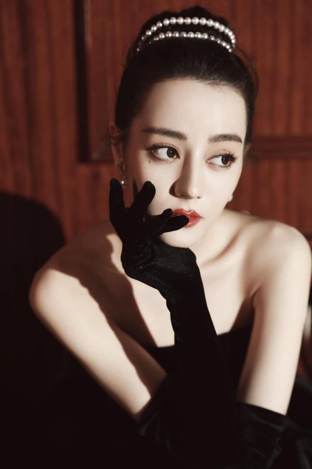 Mất điểm vì tóc ngắn trên thảm đỏ Weibo, nhưng Look 2 của Địch Lệ Nhiệt Ba lại khiến netizen chao đảo ảnh 2