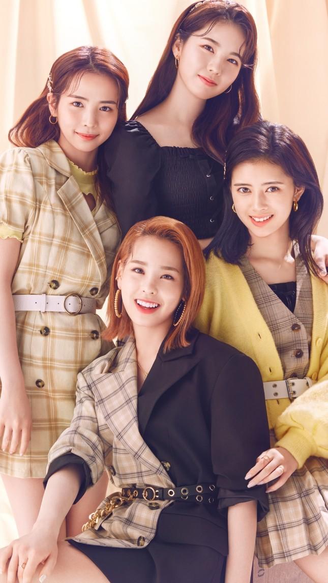 """Nhóm nhạc """"chị em"""" của TWICE ở Nhật làm đại sứ thời trang cho nhãn hàng bình dân toàn cầu ảnh 3"""