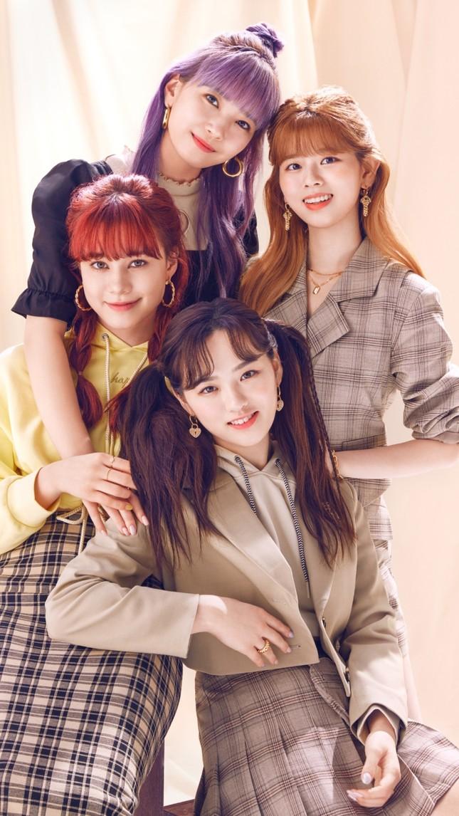 """Nhóm nhạc """"chị em"""" của TWICE ở Nhật làm đại sứ thời trang cho nhãn hàng bình dân toàn cầu ảnh 4"""