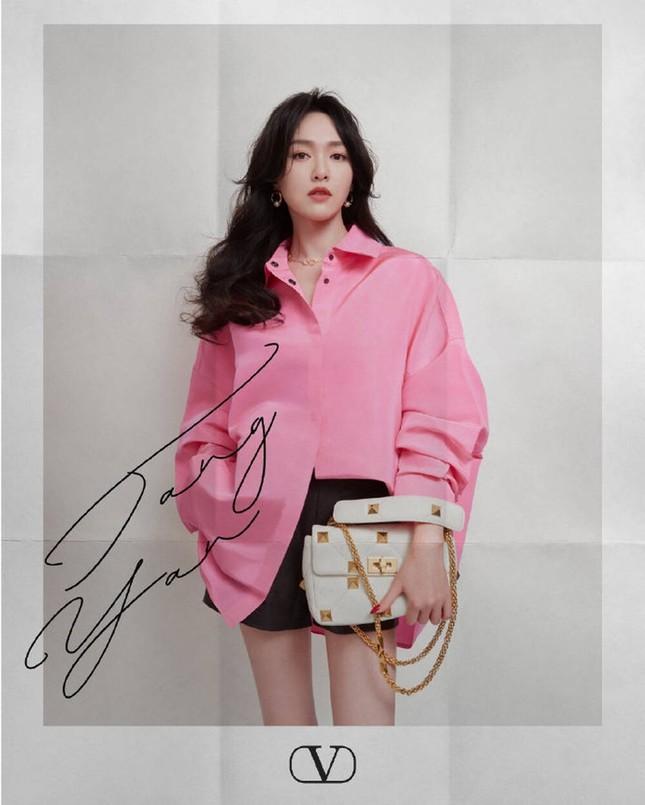 Chị đẹp Son Ye Jin xinh tươi trẻ đẹp ngang ngửa Đường Yên, Quan Hiểu Đồng ở show Valentino ảnh 4