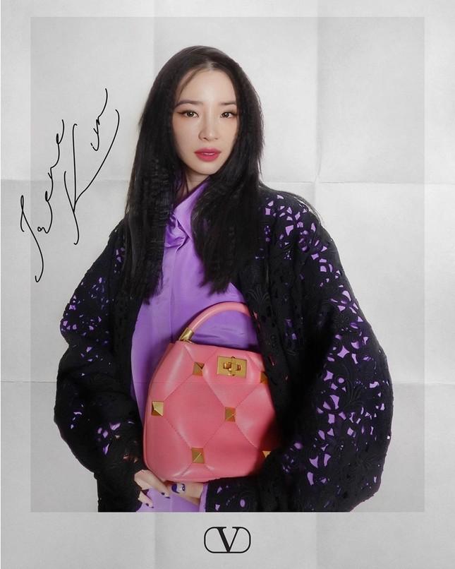 Chị đẹp Son Ye Jin xinh tươi trẻ đẹp ngang ngửa Đường Yên, Quan Hiểu Đồng ở show Valentino ảnh 7