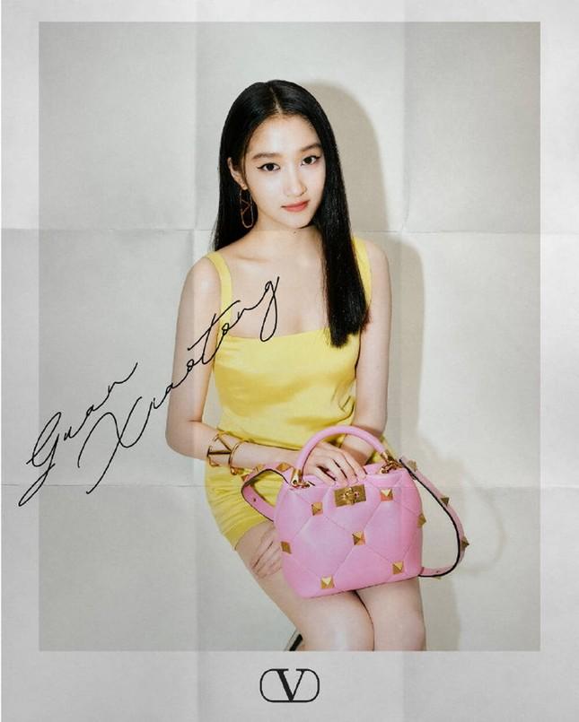 Chị đẹp Son Ye Jin xinh tươi trẻ đẹp ngang ngửa Đường Yên, Quan Hiểu Đồng ở show Valentino ảnh 6