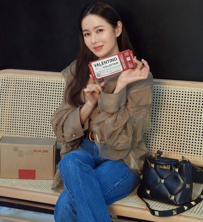 Chị đẹp Son Ye Jin xinh tươi trẻ đẹp ngang ngửa Đường Yên, Quan Hiểu Đồng ở show Valentino ảnh 1