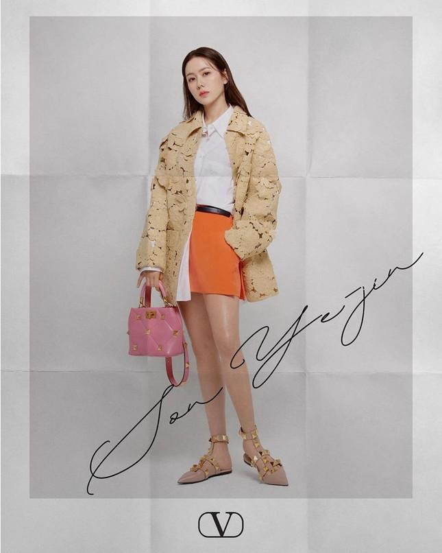 Chị đẹp Son Ye Jin xinh tươi trẻ đẹp ngang ngửa Đường Yên, Quan Hiểu Đồng ở show Valentino ảnh 3