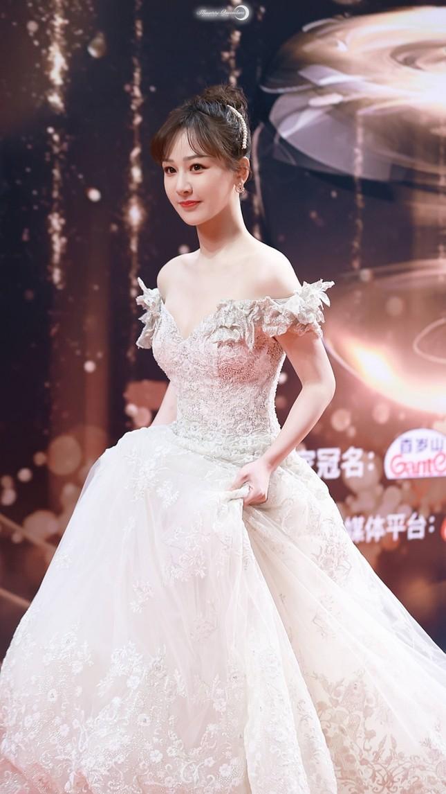 Dương Tử gây sốc vì đi giày bốt da siêu hầm hố cùng váy trắng bồng bềnh như cô dâu ảnh 1