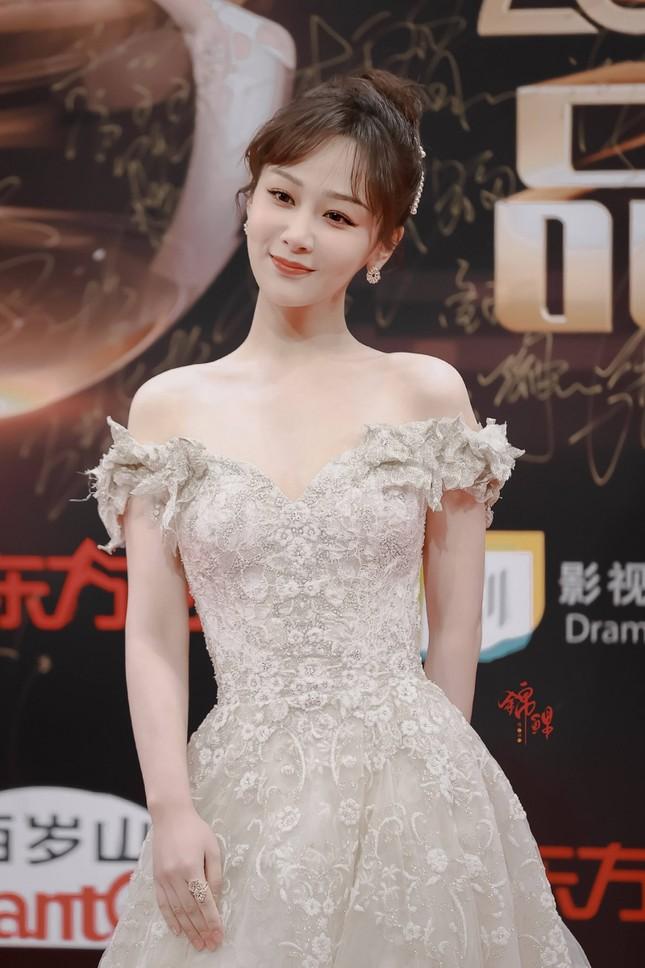 Dương Tử gây sốc vì đi giày bốt da siêu hầm hố cùng váy trắng bồng bềnh như cô dâu ảnh 3