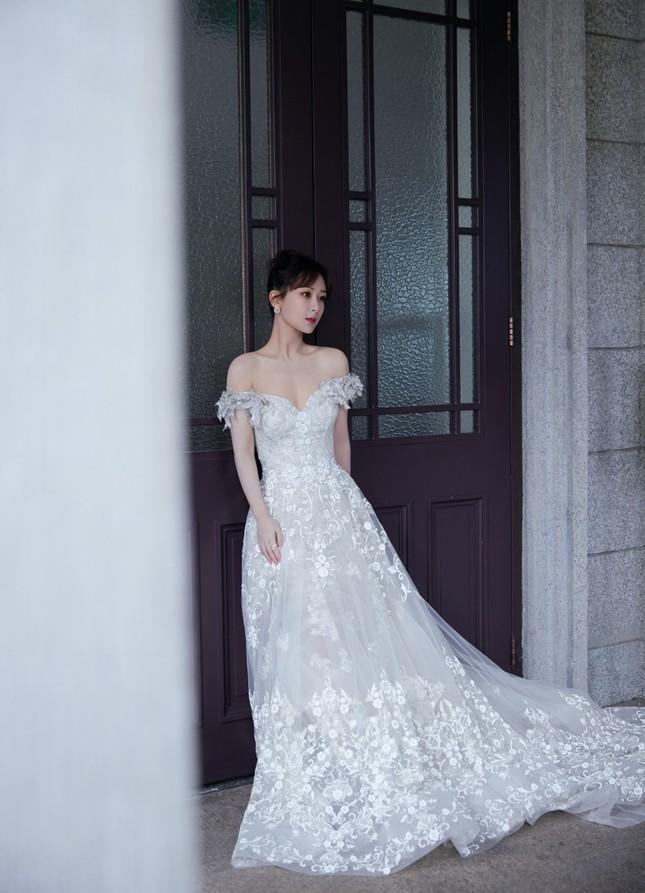 Dương Tử gây sốc vì đi giày bốt da siêu hầm hố cùng váy trắng bồng bềnh như cô dâu ảnh 2