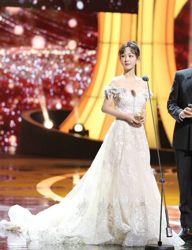 Dương Tử gây sốc vì đi giày bốt da siêu hầm hố cùng váy trắng bồng bềnh như cô dâu ảnh 4
