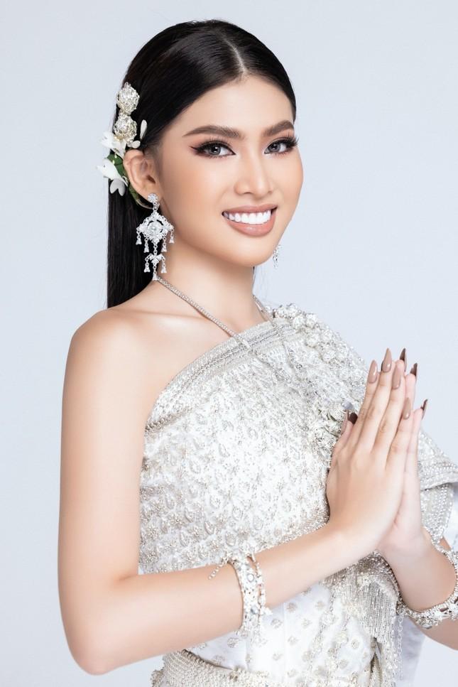 Lọt Top 10 bình chọn clip tự giới thiệu, Á hậu Ngọc Thảo tiếp tục thử thách mặc đồ Thái ảnh 1