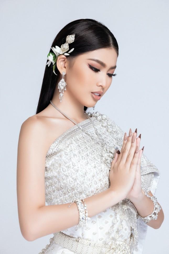 Lọt Top 10 bình chọn clip tự giới thiệu, Á hậu Ngọc Thảo tiếp tục thử thách mặc đồ Thái ảnh 5