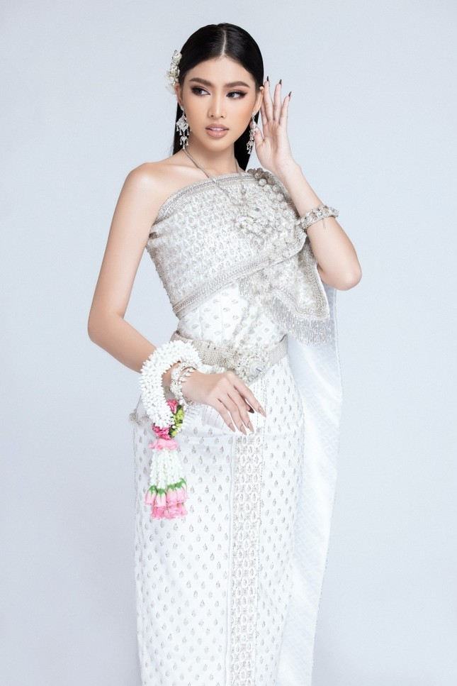 Lọt Top 10 bình chọn clip tự giới thiệu, Á hậu Ngọc Thảo tiếp tục thử thách mặc đồ Thái ảnh 4