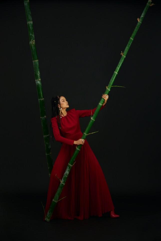 Hoa hậu H'Hen Niê sử dụng ngôn ngữ hình thể truyền tải thông điệp về phụ nữ nhân ngày 8/3 ảnh 2