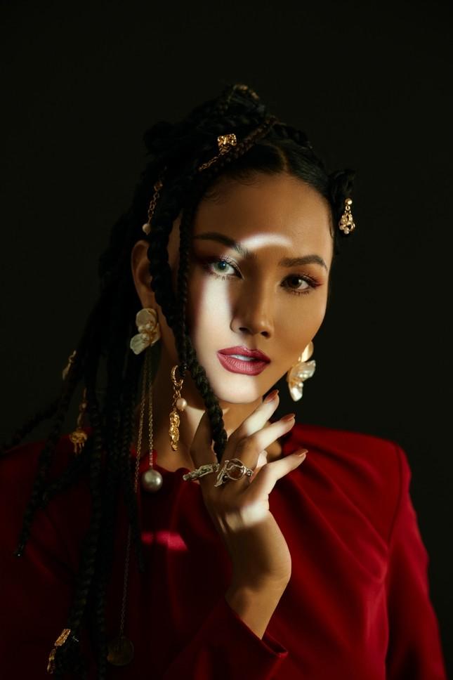 Hoa hậu H'Hen Niê sử dụng ngôn ngữ hình thể truyền tải thông điệp về phụ nữ nhân ngày 8/3 ảnh 7