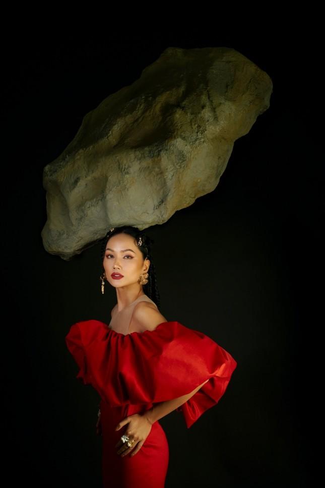 Hoa hậu H'Hen Niê sử dụng ngôn ngữ hình thể truyền tải thông điệp về phụ nữ nhân ngày 8/3 ảnh 1