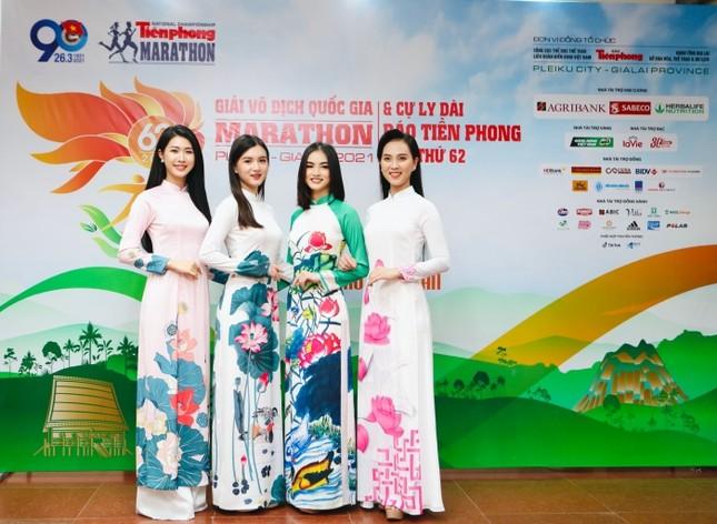 Diện váy tối màu thanh lịch, Hoa hậu Đỗ Mỹ Linh vẫn được khen trẻ như sinh viên đại học ảnh 2