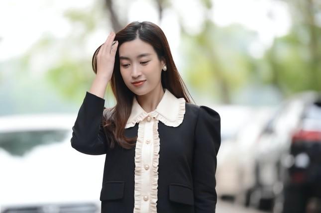 Diện váy tối màu thanh lịch, Hoa hậu Đỗ Mỹ Linh vẫn được khen trẻ như sinh viên đại học ảnh 4