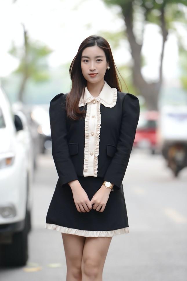 Diện váy tối màu thanh lịch, Hoa hậu Đỗ Mỹ Linh vẫn được khen trẻ như sinh viên đại học ảnh 3