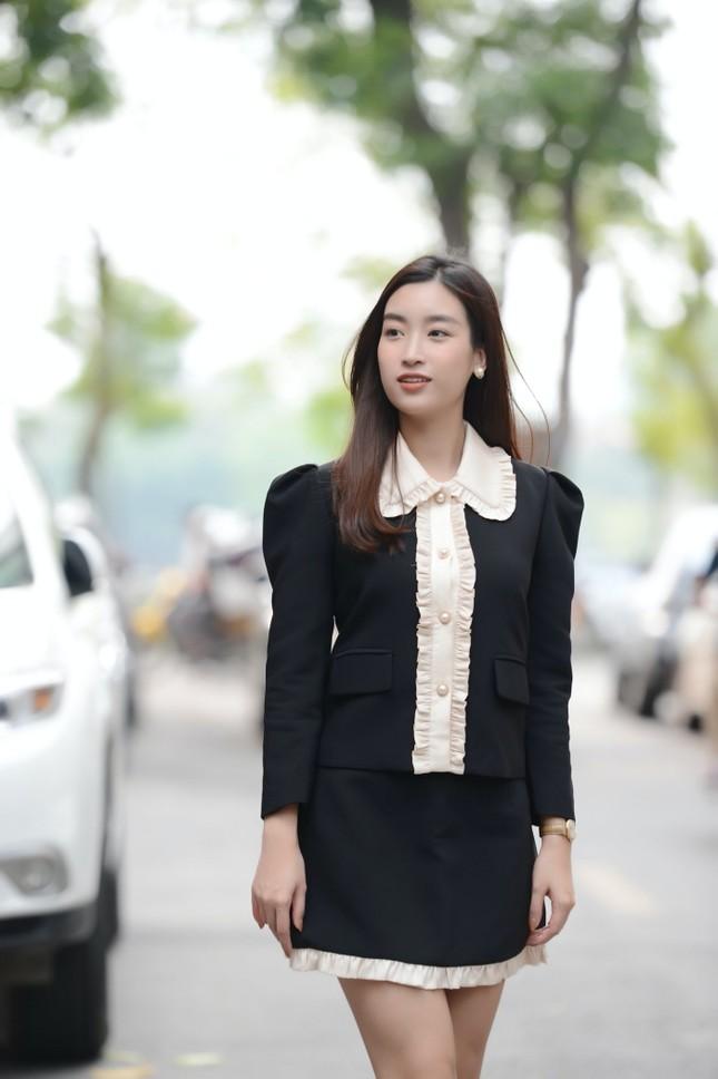 Diện váy tối màu thanh lịch, Hoa hậu Đỗ Mỹ Linh vẫn được khen trẻ như sinh viên đại học ảnh 5