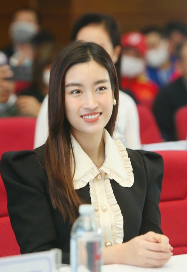 Diện váy tối màu thanh lịch, Hoa hậu Đỗ Mỹ Linh vẫn được khen trẻ như sinh viên đại học ảnh 6