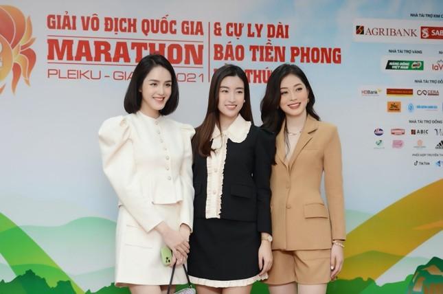Diện váy tối màu thanh lịch, Hoa hậu Đỗ Mỹ Linh vẫn được khen trẻ như sinh viên đại học ảnh 1