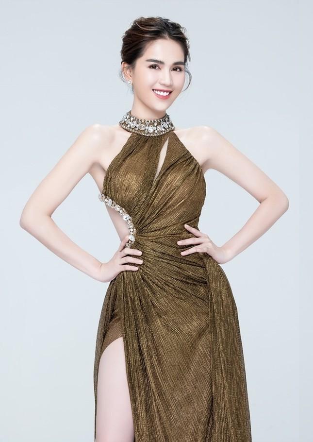 """Á hậu Ngọc Thảo và Ngọc Trinh đọ sắc """"một 9, một 10"""" trong cùng mẫu váy lấp lánh ảnh 6"""