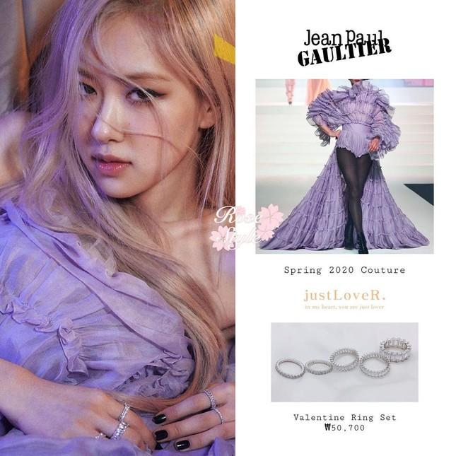 """""""Bóc giá"""" loạt váy của Rosé trong MV """"On The Ground"""", trang phục đắt giá nhất cực bất ngờ ảnh 1"""