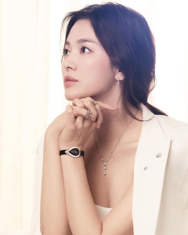 """Song Hye Kyo lâu rồi mới chụp ảnh khoe vai trần, đẹp ngút ngàn khiến netizen """"dậy sóng"""" ảnh 1"""