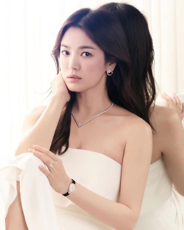 """Song Hye Kyo lâu rồi mới chụp ảnh khoe vai trần, đẹp ngút ngàn khiến netizen """"dậy sóng"""" ảnh 2"""