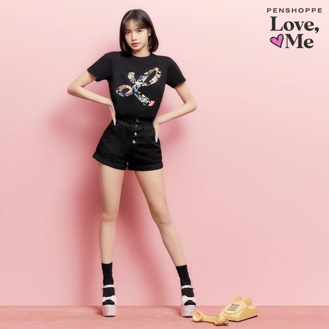 Tung loạt ảnh quảng cáo cho nhãn hàng thời trang, Lisa truyền đi thông điệp cực ý nghĩa ảnh 4