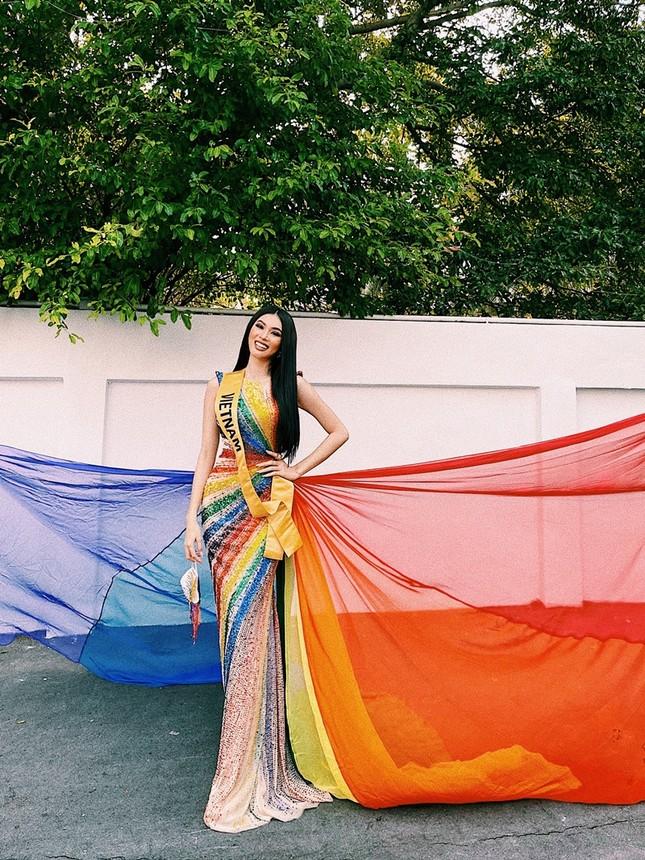 Mặc thiết kế với thông điệp ủng hộ LGBT+, Á hậu Ngọc Thảo nổi bật trước bạn bè quốc tế ảnh 2