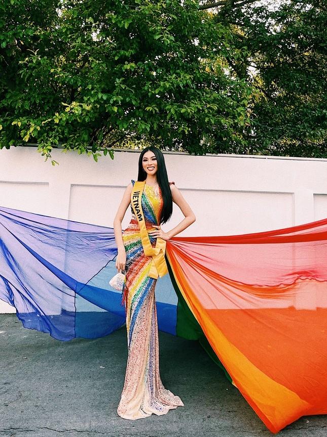 Mặc thiết kế với thông điệp ủng hộ LGBT+, Á hậu Ngọc Thảo nổi bật trước bạn bè quốc tế ảnh 1