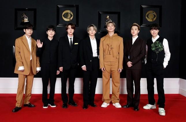 """Grammys 2021: BTS giúp đồ của Louis Vuitton trông """"dễ mặc hơn hẳn"""" so với mẫu xịn ảnh 1"""