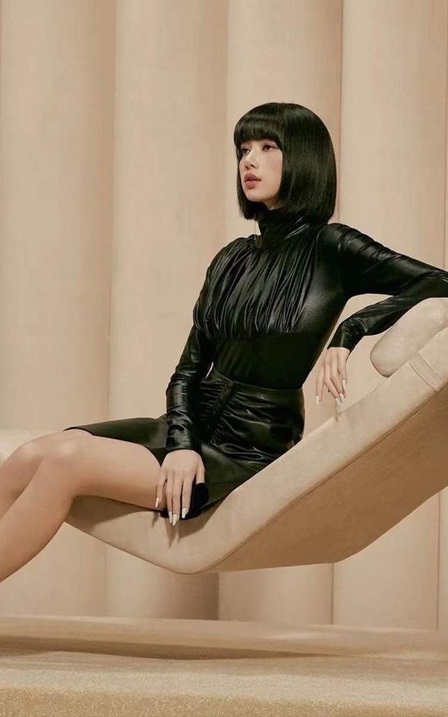 Quảng cáo mỹ phẩm phải như Lisa (BLACKPINK), chụp cận hay toàn thân đều đẹp như siêu mẫu ảnh 2