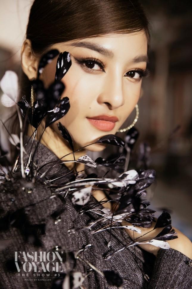 """Ngắm màn đọ sắc giữa Á hậu Kiều Loan và Phương Anh tại sự kiện thời trang """"Fashion Voyage"""" ảnh 9"""
