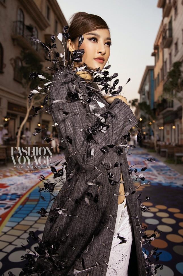 """Ngắm màn đọ sắc giữa Á hậu Kiều Loan và Phương Anh tại sự kiện thời trang """"Fashion Voyage"""" ảnh 6"""