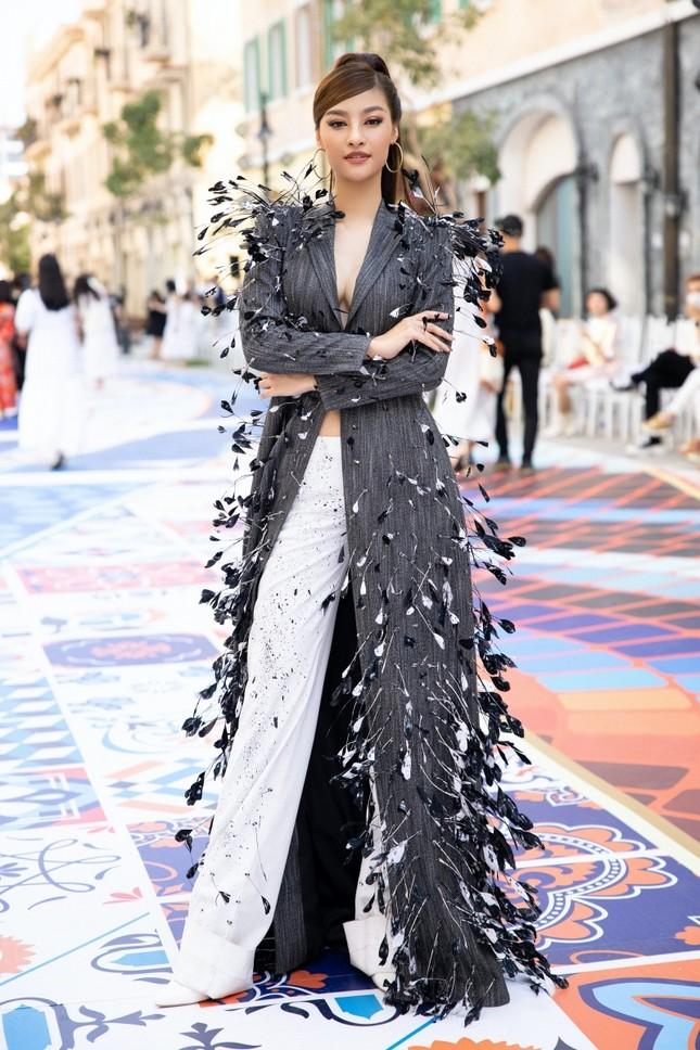 """Ngắm màn đọ sắc giữa Á hậu Kiều Loan và Phương Anh tại sự kiện thời trang """"Fashion Voyage"""" ảnh 8"""