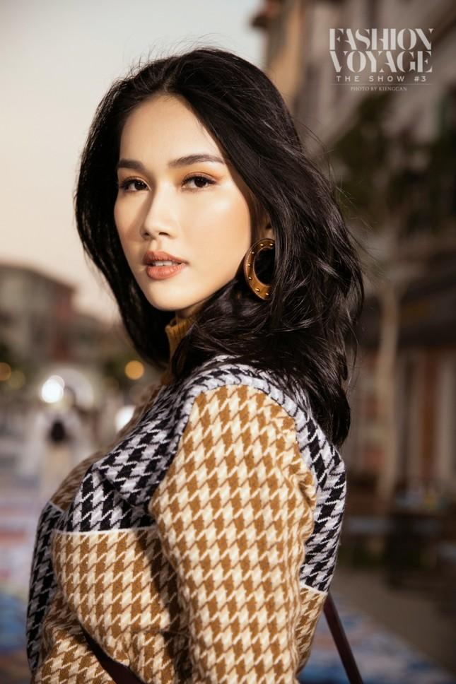 """Ngắm màn đọ sắc giữa Á hậu Kiều Loan và Phương Anh tại sự kiện thời trang """"Fashion Voyage"""" ảnh 4"""