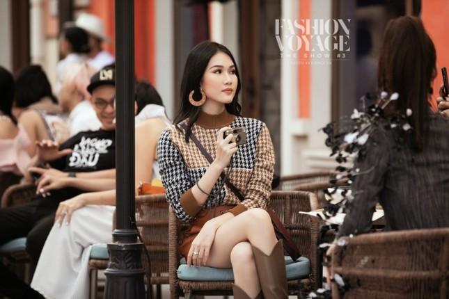"""Ngắm màn đọ sắc giữa Á hậu Kiều Loan và Phương Anh tại sự kiện thời trang """"Fashion Voyage"""" ảnh 2"""